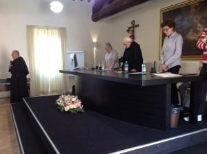 Momento di preghiera prima dell'inizio della tavola rotonda. Una Ave Maria insieme per condividere la celebrazione mariana che contemporaneamente si stava svolgendo in Piazza San Pietro.