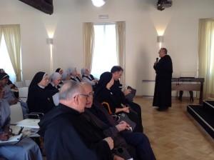 "P. Giuseppe Pagano introduce la tavola rotonda e presenta i partecipanti a questa ""tavola""."